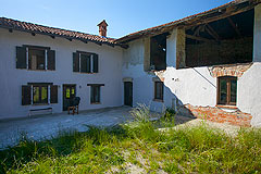 Italian farmhouse with barn for sale in Piemonte -